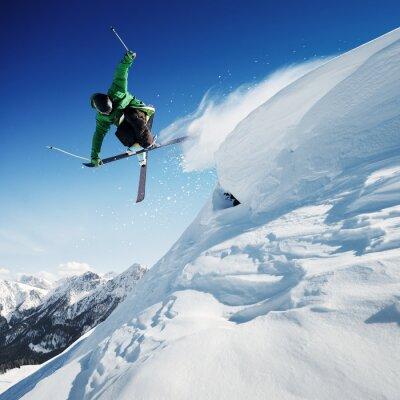 Plakat Narciarz w górach, przygotowany piste i słoneczny dzień