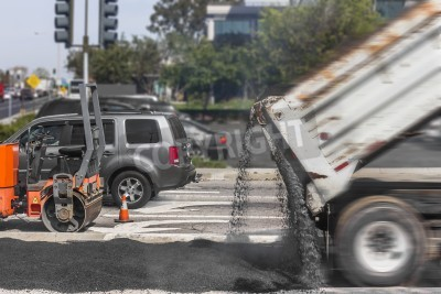 Nawierzchni drogowych naprawy na podmiejskie ulicy miasta motion blur z wywrotki układanie asfaltu walec stożek dużych wibracji, pojazd w ruchu, poziome zdjęcie tła
