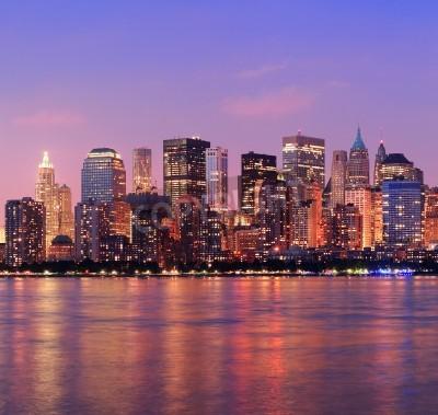 Plakat New York City Manhattan skyline w centrum miasta na zmierzchu z wieżowców nad Hudson River oświetlone panoramę