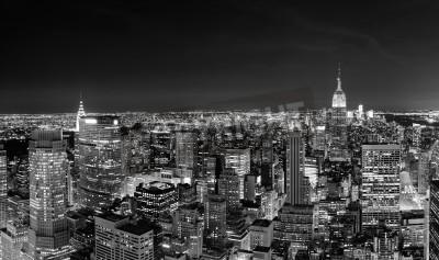 Plakat New York City Manhattan skyline w nocy panoramy czerni i bieli z miejskich wieżowców.