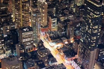 Plakat New York City Manhattan ulicy z lotu ptaka w nocy z wieżowców, pieszych i ruchu zajęty.