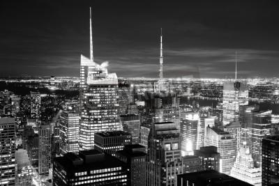 Plakat New York City skyline z lotu ptaka o zmierzchu z wieżowców Manhattanu w czerni i bieli.