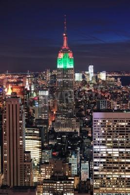 Plakat New York City skyline z lotu ptaka w nocy z chmurą kolorowe, Empire State Building i drapaczy chmur w centrum Manhattanu.