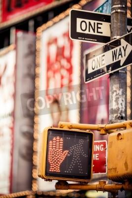 Plakat Nie chodzić New York znak drogowy z podświetlane i niewyraźne tło