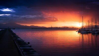 Plakat Niesamowite kolory zachodu słońca w porcie z spokojne morze