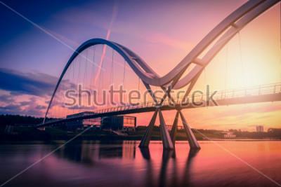 Plakat Nieskończoność most na dramatycznym niebie przy zmierzchem w Stockton-on-Tees, UK.