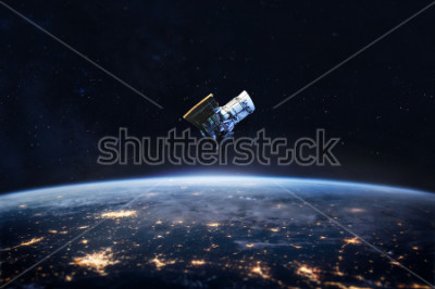 Plakat Noc na Ziemi i satelita w kosmosie. Światła miasta na planecie. Cywilizacja. Elementy tego obrazu dostarczone przez NASA