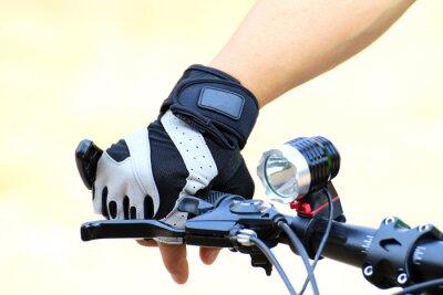 Plakat Nosić rękawice podczas jazdy na rowerze górskim dla bezpieczeństwa