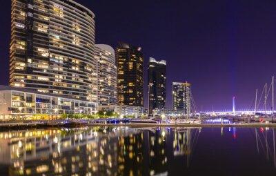 Plakat Nowoczesne apartamenty w dzielnicy Docklands, Melbourne w nocy