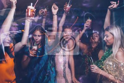 Plakat Nowy rok tańca w klubie nocnym. Happy znajomych firmy z napojami, Christmas uroczystości w ruchu. Dyskoteka ludzi w rozmazanych kolorach, współczesne życie młodzieży