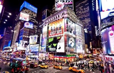 Plakat Nowym Jorku - 06 stycznia: oświetlenie fasady teatrów na Broadwayu w dniu 6 stycznia 2011 w Nowym Jorku Times Square,