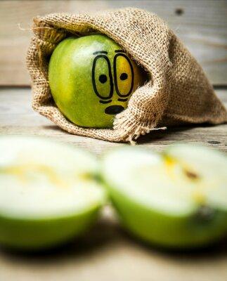Plakat Nóż plasterek jabłka na drewnianym tle.