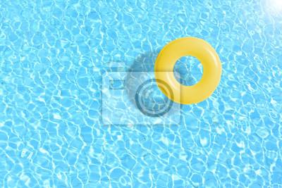 Plakat ? Ó? Ty basen pływaka pierścienia pływaka w niebieskiej wody. Koncepcja kolor lato.