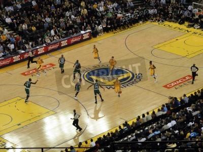 Plakat Oakland, Kalifornia - 22 lutego: Celtics vs. Warriors: Warriors Stephen Curry piłka porusza się sąd w Oracle Arena podjęte 22 lutego 2011 w Oakland w Kalifornii.