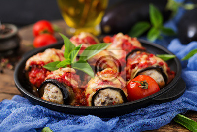 Oberżyna (oberżyna) bułkuje z mięsem w sosie pomidorowym. Płaskie leże. Widok z góry