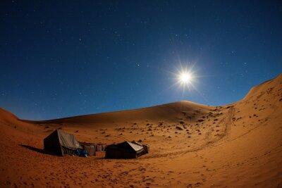 Plakat Obozu w Saharze w nocy z gwiazd i księżyca jako gwiazdy w ruchu