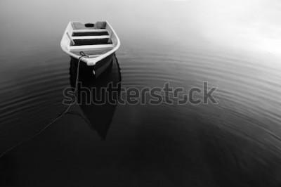 Plakat Odbicie łodzi podczas w czerni i bieli