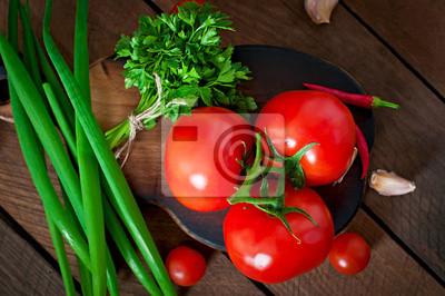 Oddział świeżych pomidorów na drewnianym tle