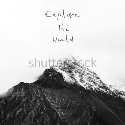 Plakat Odkrywać świat. Inspirująca wycena na śnieżnej górze w Yading krajowej rezerwie, Daocheng okręg administracyjny, prowincja sichuan, Chiny.