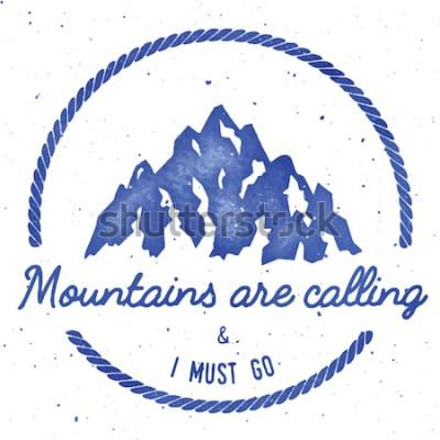 Plakat Odznaka na odznakę górskiej przygody i wyprawy. Logo wyprawy na świeżym powietrzu. T-shirt z nadrukiem na grzbiecie. Wybitna ilustracja akwarela wektor.