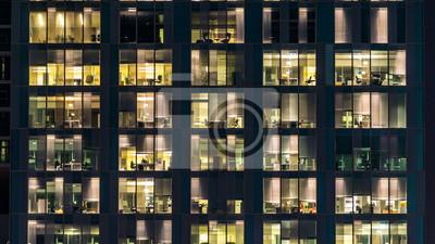 Plakat okno wielopiętrowego budynku ze szkła i stali oświetlenie i ludzie w czasie