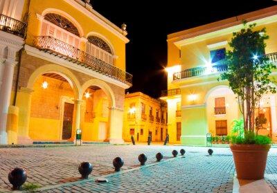 Plakat Old hiszpański pałace w Hvana oświetlone w nocy