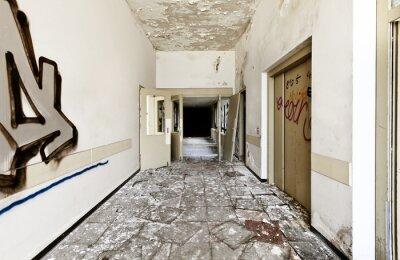 Plakat opuszczony budynek, długi korytarz z rozbitych drzwi