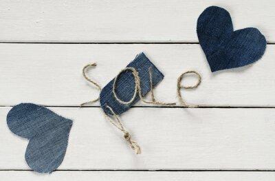 oryginalny napis z sprzedaży sznurka w mojej dłoni i dżinsy cena tag między dwoma sercami na białym tle drewniane dla projektu sklepu
