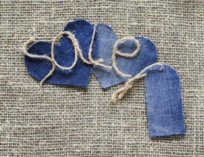 oryginalny napis ze sprzedaży sznurka w ręku z metką dżinsową i serduszko na tle tkanym płótnie do dekoracji okien