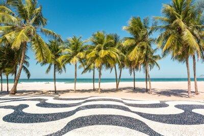 Plakat Palmy i plaża Copacabana ikonicznej mozaika chodniku, w Rio de Janeiro w Brazylii.