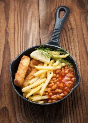 Plakat Paluszki rybne, z posiłkiem fasolka, frytki (frytki) i klina cytryna za. podawane na patelni