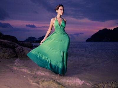 Plakat Pani w zielonej sukni na brzegu morza