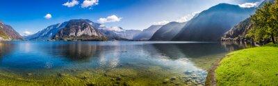 Plakat Panorama krystalicznie czystym górskim jeziorem w Alpach