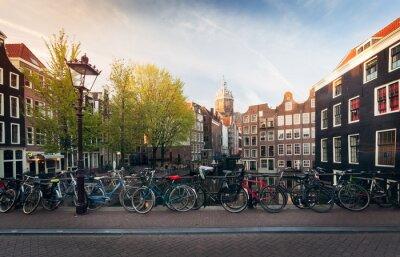 Plakat Panorama pięknym mostem Amsterdam z rowerami, Holandia