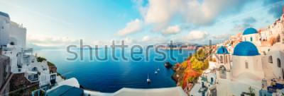 Plakat Panorama Pogodna. Santorini wyspa. Kolorowy wiosna widok offamous Grecki kurort Fira, Grecja, Europa. Podróże koncepcja tło. Styl artystyczny po przetworzeniu zdjęcia.