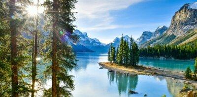 Plakat Panorama view Piękne Spirit Island w Maligne Lake, Park Narodowy Jasper, Alberta, Kanada