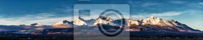 Plakat Panoramiczny strzał zimy góry krajobraz podczas zmierzchu. Wysokie Tatry, Słowacja, z Popradu