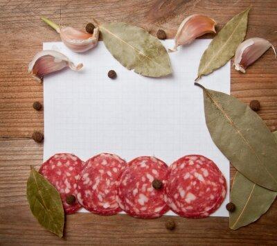 papier do receptur i przypraw na starym drewnianym stole