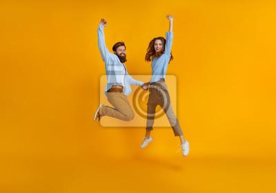 Plakat para emocjonalnych ludzi mężczyzna i kobieta skoki na żółtym tle.