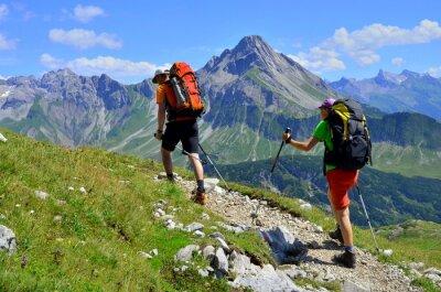 Plakat Para na wycieczce górskiej