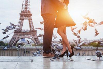 Plakat para w pobliżu wieży Eiffla w Paryżu, romantyczny pocałunek