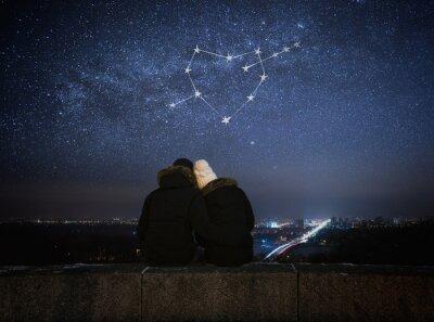 Plakat Para zakochanych siedzi w uścisku