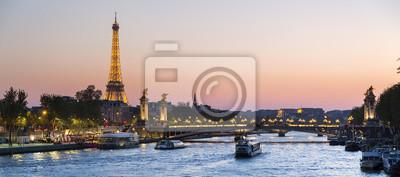 Plakat Paryż, ruch na rzece Seine o zachodzie słońca z wieży Eiffla i