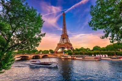 Plakat Paryż Wieża Eiffla i Sekwany o zachodzie słońca w Paryżu, Francja. Wieża Eiffla jest jedną z najsłynniejszych atrakcji Paryża.