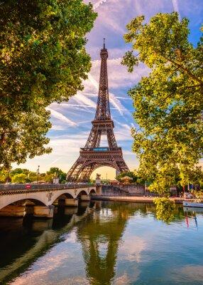 Plakat Paryż Wieża Eiffla i Sekwany w Paryżu, Francja. Wieża Eiffla to jedna z najbardziej charakterystycznych atrakcji Paryża