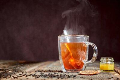 Plakat Parzenie herbaty i miodu na drewnianym stole