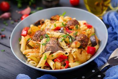 Penne makaron z klopsikami w sosie pomidorowym i warzywami w misce