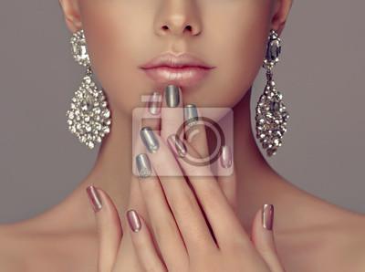 Plakat Pi? Kna dziewczyna modelu z ró? Owego i szarym srebrny metalik manicure na paznokcie. Makijaż mody i kosmetyki. Biżuteria kolczyki duże srebro diament shine.