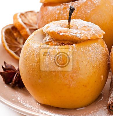 Pieczone jabłka z miodem i orzechami na białym tle
