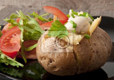 Pieczone ziemniaki wypełnione kwaśną śmietaną i rukolą